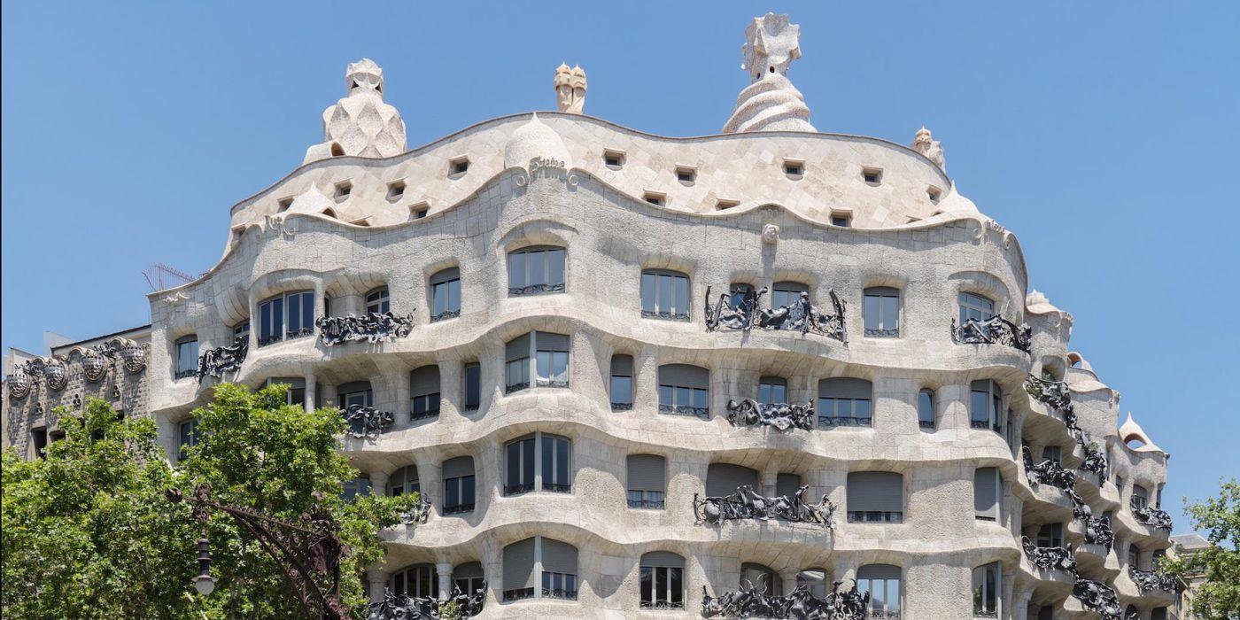 La Pedrera - Casa Milà. Otra genialidad de Antoni GaudíLa Casa Milà, más conocida como La Pedrera, es otro de los edificios modernistas diseñador por Antoni Gaudí a principios del siglo XX. Está situada en la esquina del Passeig de Gràcia con Provença, muy próxima a la Casa Batlló.