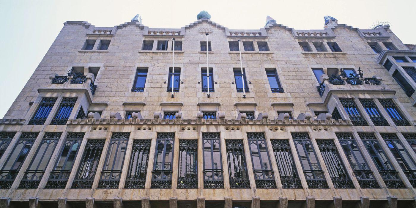 Palau Güell. La primera gran obra de Antoni GaudíEl Palau Güell es una auténtica joya arquitectónica ubicada muy cerca de las Ramblas de Barcelona. Es sin duda uno de los lugares imprescindibles a visitar en Barcelona.