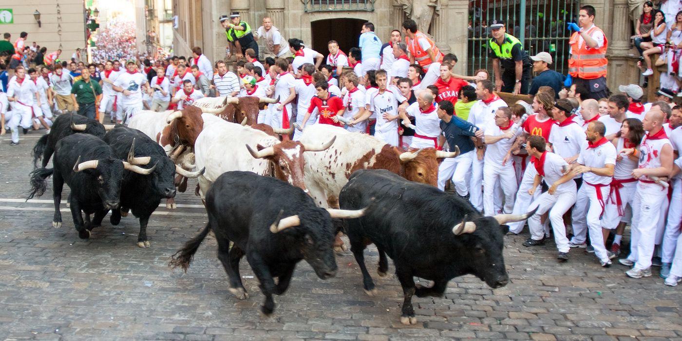 SanferminesLa Fiesta de San Fermín más conocida como los Sanfermines, se celebra cada año entre 6 y el 15 de Julio  en la ciudad española de Pamplona. Este año 2019 los candidatos para lanzar el Chupinazo que da inicio a las Fiestas de San Fermín son La Banda de Música la Pamplonesa y Luis Sabalza, presidente de Osasuna. El cartel 'Ayer soñé con un 6 de julio', de Edurne Taínta Balda, es el elegido para anunciar los Sanfermines 2019.